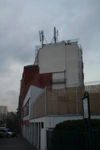 L'antenne sur l'immeuble de la rue Olivier Métra. Les personnes vivant directement sous l'antenne ne sont pas les plus exposées, à l'inverse de celles qui vivent en face.