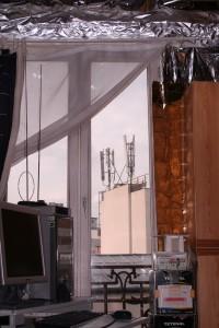 Aux grands maux les remèdes de fortune, Yves Breton vit calfeutré derrière des couvertures de survie en attendant le retrait de l'antenne qui fait face à sa fenêtre. Photo : S. Boyer