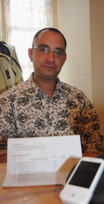 Christophe Normand avec la facture qui lui pose tant de problèmes. Photo DDM, Marianne Pradère