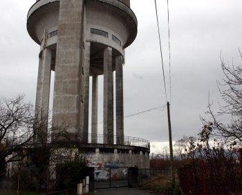 L'antenne relais installée aux Caussades fait toujours débat. Photo DDM, Jal.