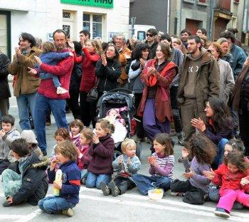 Les manifestants ont fait la fête sur la place du village avant de se rendre sur le site où devrait être implanté la future antenne SFR / Photo DDM