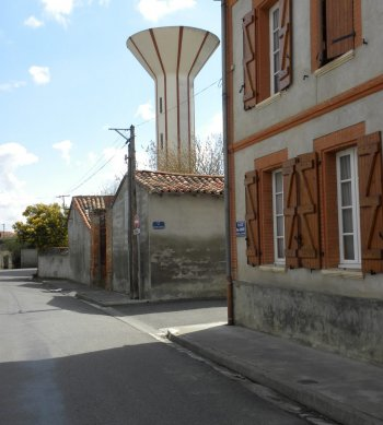 Le château d'eau au cœur du village. /Photo DDM MC