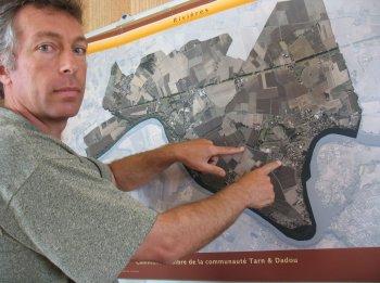 Christophe Herin localise le projet d'installation sur la commune. / Photo DDM, P.G.