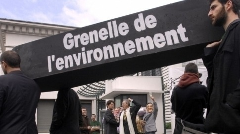 Une soixantaine de personnes sont rassemblées devant la sous-préfecture de Bayonne à l'appel de l'association de protection de la nature Bizi !, le 27 mars 2010, pour enterrer symboliquement le Grenelle de l'environnement. (AFP)