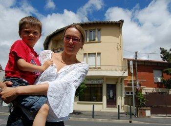 Géraldine Castex et son fils Paul au 213, avenue Jean-Rieux, devant l'immeuble où l'antenne va être installée./ Photo DDM, S. B.