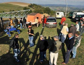 Une quarantaine d'opposants à l'antenne relais de téléphonie mobile d'Auzits ont pris le goûter près du site d'implantation./ Photo DDM
