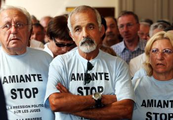Des salariés d'Eternit victimes de l'amiante, au tribunal des prud'hommes d'Albi en septembre 2009./ Photo DDM, Jean-Marie Lamboley