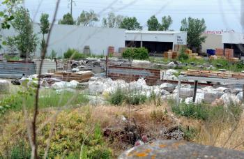 Les déchets amiantés au cœur de la zone d'activités, à deux pas du Géant Fenouillet./Photo DDM, N. Saint-Affre