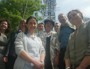 Élisabeth Belaubre, Régis Godec et les candidats EELV devant le pylône de Bonhoure lors de la campagne des Européennes 2009./ DDM