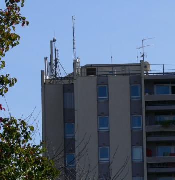 Déjà beaucoup d'antennes sont déjà installées sur l'immeuble du Poitou en centre ville qui abrite SA Colomiers habitat./Photo DDM, S. B.