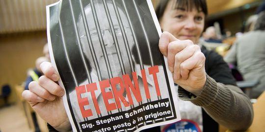 """""""Stephan Schmidheiny, ta place est en prison"""", brandit cette femme. Lors du procès italien, l'ex-président du groupe Eternit a été condamné à seize ans de prison."""