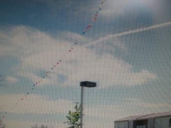 Une colonne de ballons matérialise l'emplacement de l'antenne prévue./Photo DDM.