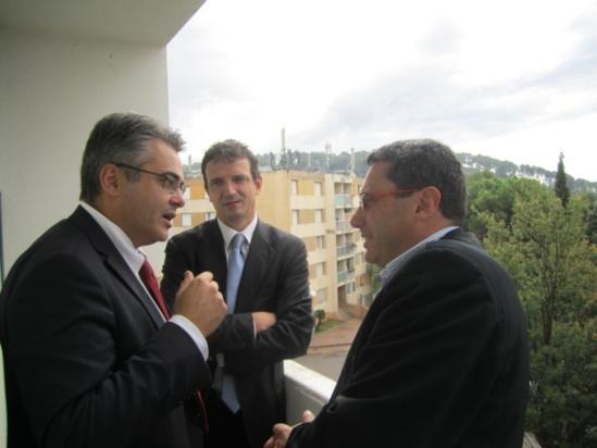 Le Dr Patrice Halimi, Secrétaire Général de l'ASEF, et les députés, Jean-David Ciot et François-Michel Lambert, lors de la présentation de la proposition de loi Ciot à la cité HLM de La Pinette à Aix-en-Provence le 22 octobre dernier.