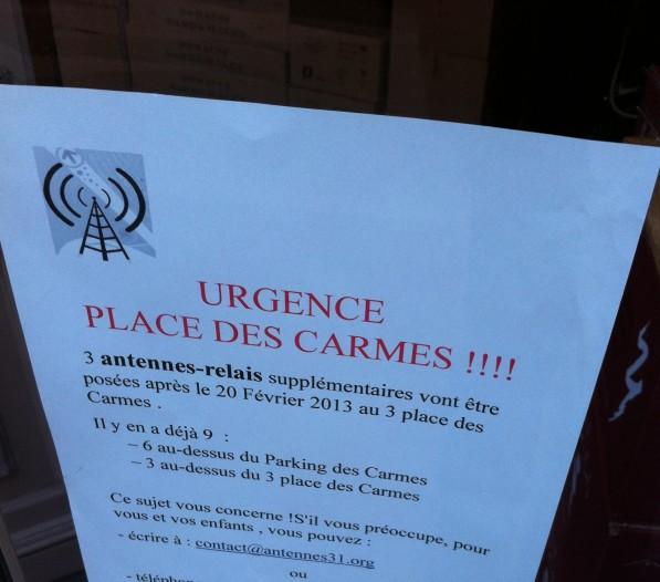 Une affiche contre l'implantation de nouvelles antennes-relais place des Carmes - Photo Carré d'info, Kevin Figuier