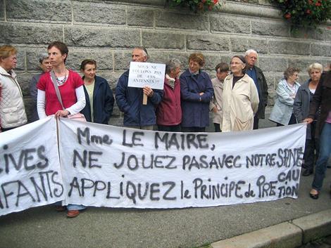 Le collectif Robin des Toits, lors d'une manifestation devant la mairie en octobre 2010.