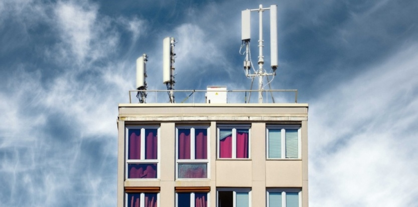 Antennes-relais sur le toit d'un immeuble parisien. (JPDN/SIPA)